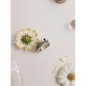 Anillo ancho piedras blancas plata y oro -